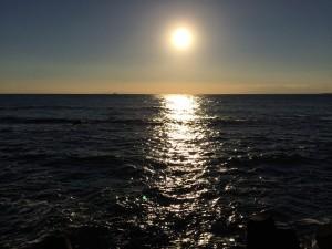 予定より一時間くらい早く着いたので、ひさびさの水平線に落ちる太陽見ました。
