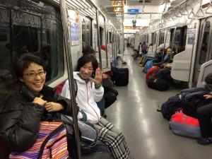 かなりの人が小湊に泊まれず、鴨川へ。で、電車にいるのはほとんどがトレイルランナーだった!