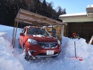 今、日中の山羊小屋になっているガレージは、大家さんから「雪で屋根がつぶれるかも」と連絡があり、さっそく掘り出した。一昨年の2/15の大雪の時です。