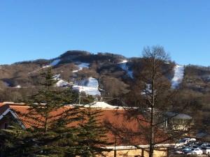 軽井沢プリンスのスキー場。スキーにスノボ、たくさんの人が見えま〜す。ここは雪だけれど、他はぜんぜんない。暖かいし。