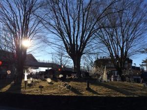 外に出ると駅前には「雪が似合うんだろうな〜」と思われるオブジェが。でも、太陽の元でも奇麗でしたよ。