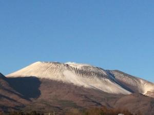 うっすら雪を頂いた浅間山さん。来年(今年でんな)もよろしくね。という訳でよい仕事納めでございました♪